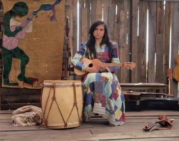 Violeta Went to Heaven: Francisca Gavilán nei panni di Violeta Parra in una scena