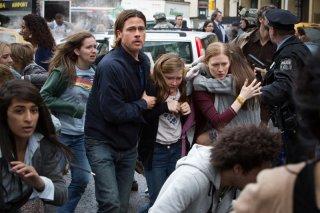 World War Z: Brad Pitt, Mireille Enos, Abigail Hargrove in una scena drammatica del film