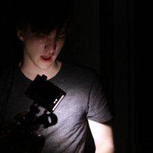 ESP 2: Fenomeni paranormali: Richard Harmon terrorizzato nel buio dei corridoi in una scena tratta dal film
