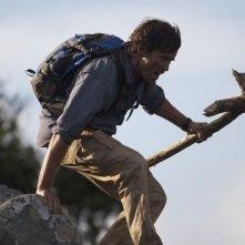 The Lost Dinosaurs: Peter Brooke in una scena del film sui dinosauri ambientato nelle foreste del Congo