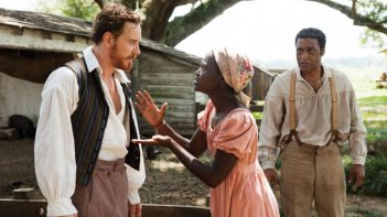 Twelve Years a Slave: Chiwetel Ejiofor con Lupita Nyong'o e Michael Fassbender in una drammatica scena