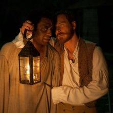Twelve Years a Slave: Chiwetel Ejiofor e Michael Fassbender in una scena notturna