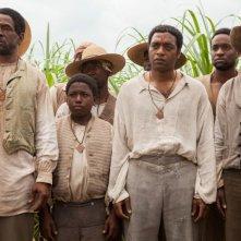 Twelve Years a Slave: Chiwetel Ejiofor nella piantagione circondato dagli altri schiavi