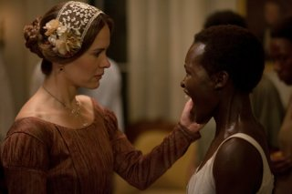 Twelve Years a Slave: Sarah Paulson esamina un ragazzo di colore