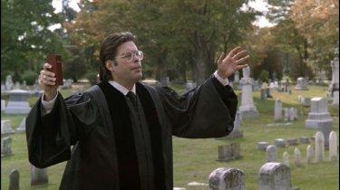 Stephen King in una scena di 'Cimitero vivente' di Mary Lambert.