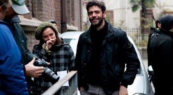 Tra cinque minuti in scena: la regista Laura Chiossone sul set insieme al co-produttore del film Luca Lucini