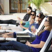 Devious Maids: Ana Ortiz, Judy Reyes, Roselyn Sanchez e Dania Ramirez in una foto di scena della serie