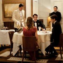 Jonathan Rhys Meyers (al centro della tavolata) in Belle du Seigneur