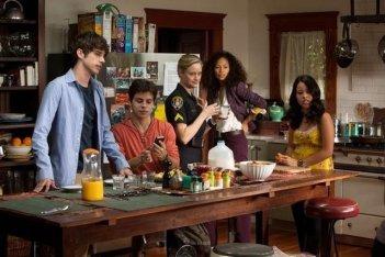 The Fosters: Teri Polo, Sherri Saum, Cierra Ramirez, Maia Mitchell e David Lambert in una scena della serie