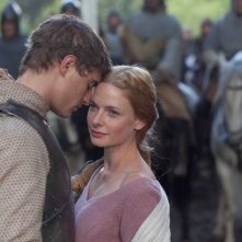 The White Queen: Rebecca Ferguson e Max Irons in una scena della serie