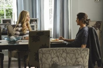 Twisted: Denise Richards ed Avan Jogia in una scena dell'episodio Grief is a Five-Letter-Word