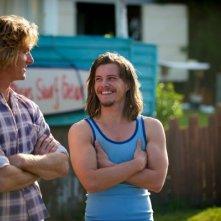 Drift: Xavier Samuel e Myles Pollard si sorridono in una scena del film