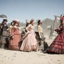 The Lone Ranger: Helena Bonham Carter guida le donne nel far west in una scena