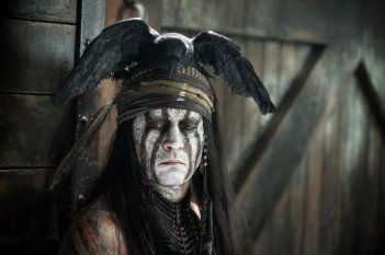 The Lone Ranger: Johnny Depp pensieroso nei panni dell'indiano Tonto in un'immagine del film