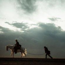 The Lone Ranger: William Fichtner trascinato da Armie Hammer in una scena del film