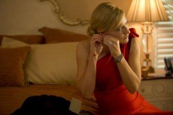 Blue Jasmine: un'elegantissima Cate Blanchett in rosso si prepara per la serata