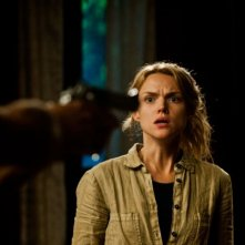 Open Grave: Erin Richards impaurita e minacciata in una scena del film