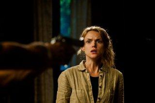 Open Grave: Erin Richards impaurita e minacciata in una scena del film