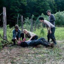Open Grave: il gruppo di malcapitati protagonisti in una scena del film