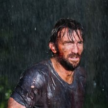 Open Grave: il protagonista dell'horror Sharlto Copley in una scena
