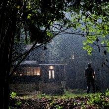 Open Grave: la baita dei misteri in una scena dell'horror