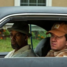 Cani sciolti: Denzel Washington e Mark Wahlberg in una scena