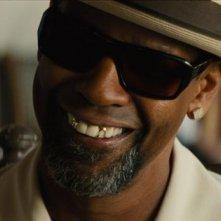 Cani sciolti: Denzel Washington sorride in una scena del film