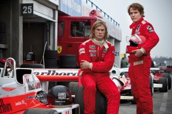 Rush: Daniel Brühl insieme a Chris Hemsworth in una foto promozionale del film