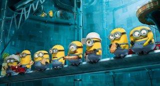 Cattivissimo me 2: i minions riuniti per la pausa pranzo in una scena del film.