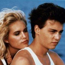 Johnny Depp con Karyn O'Bryan in una scena del film Posizioni promettenti