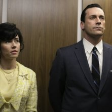 Mad Men: Jon Hamm e Linda Cardellini nell'episodio The Crash
