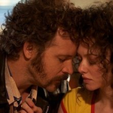 Amanda Seyfried e Peter Sarsgaard in un momento romantico di Lovelace