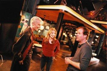 Buffy - L'ammazzavampiri: James Marsters, Sarah Michelle Gellar e Joss Whedon durante le riprese dell'episodio La vita è un musical