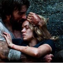 Open Grave: Erin Richards e Sharlto Copley si abbracciano in un drammatico momento