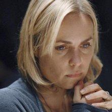 Red Widow: un primo piano di Radha Mitchell nel pilot della serie