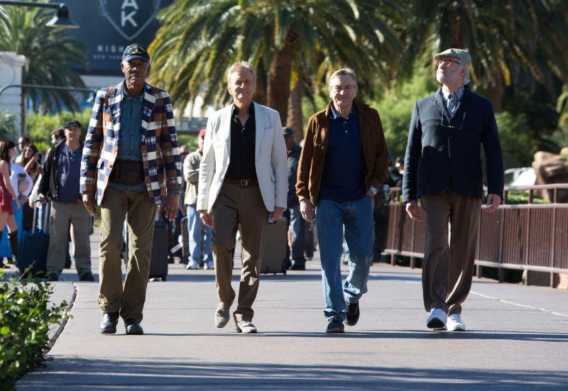 Last Vegas: Michael Douglas, Morgan Freeman, Kevin Kline e Robert De Niro passeggiano per le vie di Las Vegas in una scena