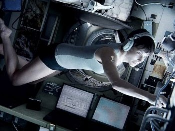 Gravity: Sandra Bullock fluttua nella navetta spaziale
