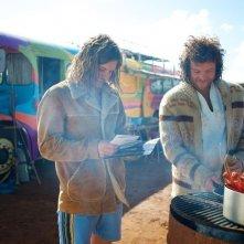 Drift: Sam Worthington e Xavier Samuel cucinano del pesce in una scena del film