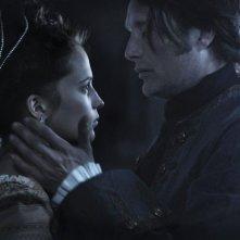 A Royal Affair: Alicia Vikander in una tenera scena del film con Mads Mikkelsen