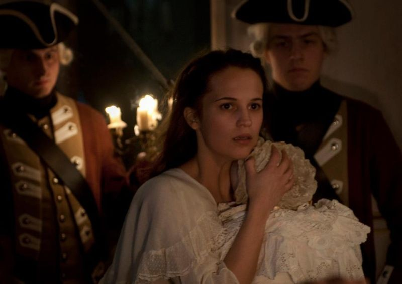 A Royal Affair: Alicia Vikander nei panni della regina fedifraga Carolina Mathilda in una scena