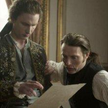A Royal Affair: Mads Mikkelsen e Mikkel Boe Følsgaard in una scena del film