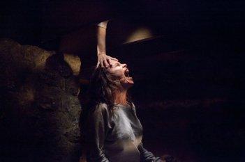 Lili Taylor in una terrificante scena di L'Evocazione - The Conjuring