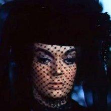 Primo piano di Barbara Steele in una scena del film Lo spettro