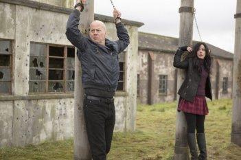 Red 2: Bruce Willis e Mary-Louise Parker incatenati in una scena dell'action