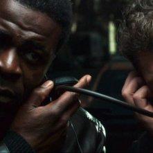 In Trance: Danny Sapani e Vincent Cassel ascoltano il nemico in una scena