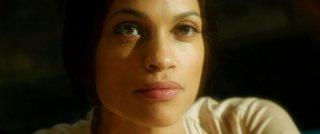 In Trance: la splendida Rosario Dawson in un bel primo piano nei panni di Elizabeth