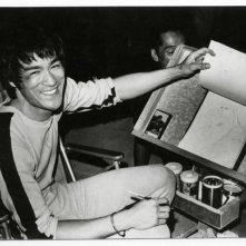 Bruce Lee durante una pausa delle riprese de L'ultimo combattimento di Chen