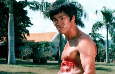 Bruce Lee in una scena de Il furore della Cina colpisce ancora