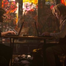 The Fifth Estate: Benedict Cumberbatch e Daniel Bruhl uno di fronte all'altro lavorano al pc