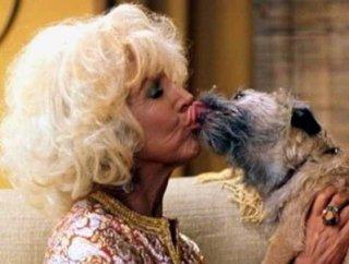 Tutti pazzi per Mary - Lin Shaye impegnata in un bacio appassionato con il cagnolino.